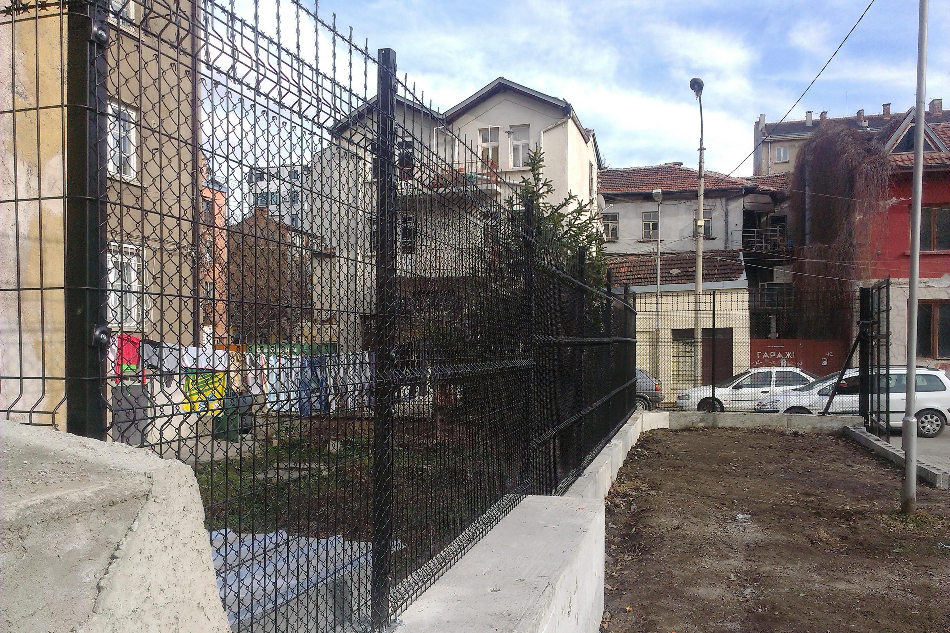 Оградна система RIVApan SPD в комбинация с плетена оградна мрежа и пано от режеща тел Razorpan